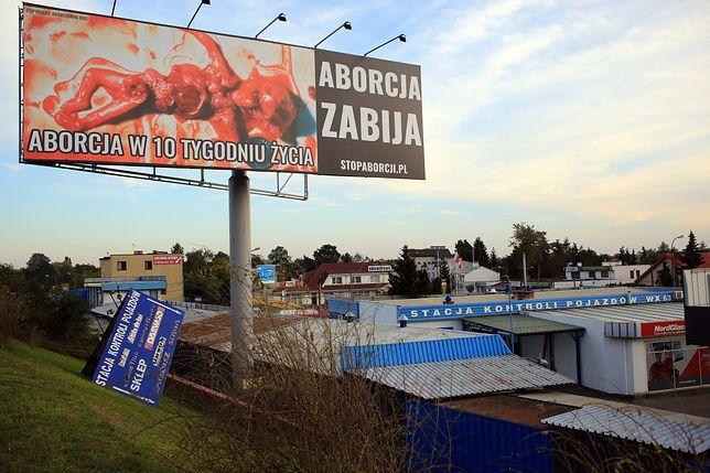 Drastyczny billboard straszył mieszkańców Lesznowoli. Usunięto go po interwencji radnych