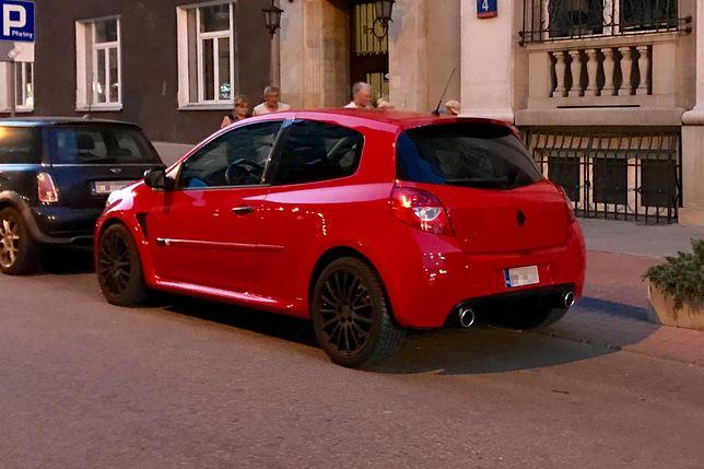 Małe tablice na europejskim Renault Clio nie wyglądają estetycznie.