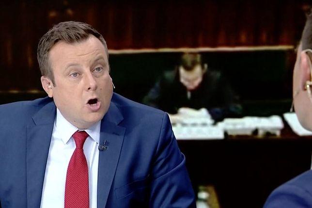 """Adrian Klarenbach słynie z ostrego języka i kontrowersyjnych wypowiedzi. Kadr z programu """"Minęła 20"""" TVP Info"""