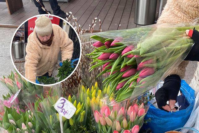 74-letnia pani Irena sprzedaje kwiaty w centrum Warszawy