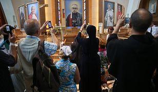 Ulicami Warszawy idzie procesja z relikwiami św. M. Kolbego. Utrudnienia w ruchu