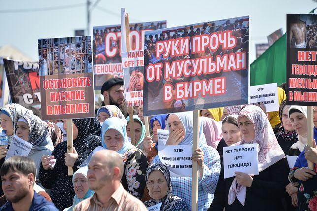 """Protest w Groznym. """"Ręce precz od muzułmanów w Birmie"""" - głosi jeden ze znaków."""