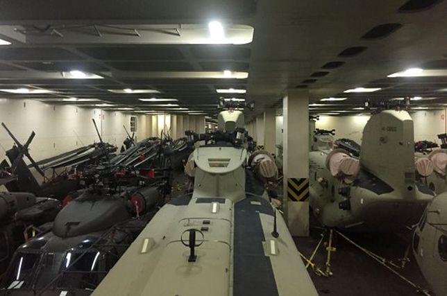 Amerykańskie śmigłowce w ładowniach transportowca.