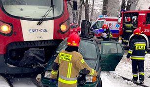Warszawa. Zderzenie pociągu i samochodu na Jutrzenki. W aucie matka z trójką dzieci
