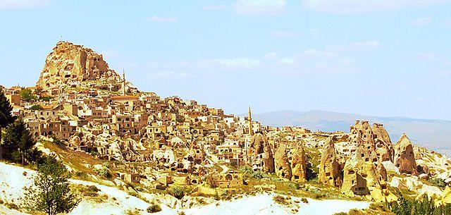 Widok na jedno ze skalnych miast w Kapadocji