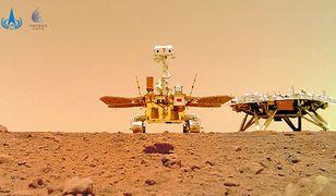 Chińska flaga na Marsie. Łazik Zhurong pokazuje selfie