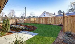 Często w planach miejscowych nakazuje się budowę ogrodzeń ażurowych lub zabrania wykonywania ogrodzeń pełnych powyżej 0,5 m nad terenem.