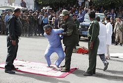 Jemen. Publiczna egzekucja morderców dzieci. Setki gapiów