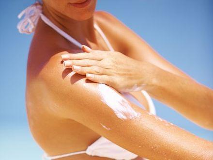 Trzy czwarte urlopowiczów naraża się na raka skóry, używając przeterminowanych balsamów do opalania