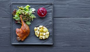 Kaczka jest jedną z ciekawszych propozycji potrawy na spotkanie rodzinne. Najlepiej podawać ją w towarzystwie jabłek i konfitury żurawinowej.