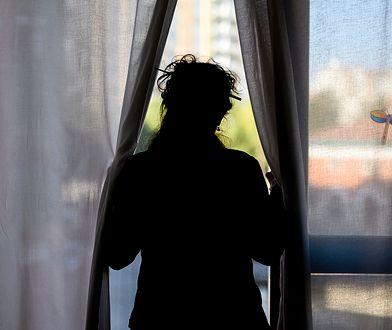Samotna matka z niepokojem patrzy w przyszłość