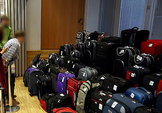 W ciemno licytowali walizki. Nietypowa aukcja - zdjęcia
