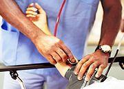 Polisy uszczuplą kasy medyków