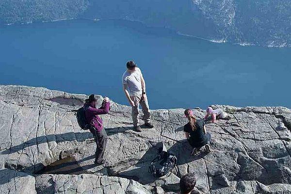 Dziecko raczkowało przy krawędzi klifu. Rodzice robili zdjęcia