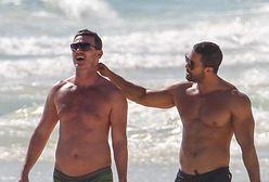 Luke Evans zabawia się z chłopakiem na plaży w Meksyku