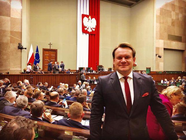 Polityk PiS Dominik Tarczyński zostanie europosłem.