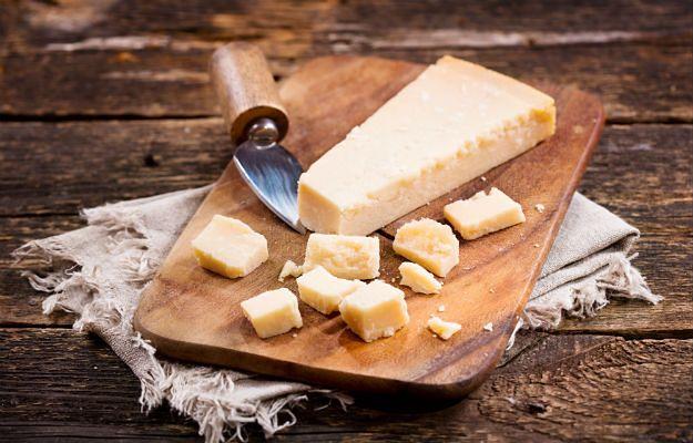 Parmigiano ma nieco ostrzejszy smak niż Grana Padano