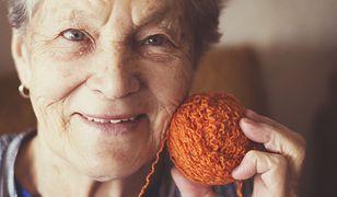 Starsza pani zmienia życie kobiet po mastektomii (zdjęcie ilustracyjne).