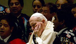 """Papież Jan Paweł II. """"Wiele spraw, które dziś wywołują paroksyzmy hierarchów, to materie przykryte grubą warstwą tzw. troski o dobro Kościoła z czasów papieża Polaka""""."""