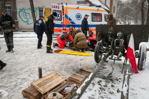 Ratownicy pomagają jednemu z rannych