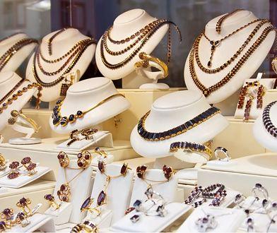 Nie obiecuj, że położysz pod choinką naturalne perły. Przedświąteczny poradnik zakupowy dla mężczyzn. I nie tylko