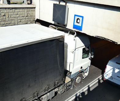 Warszawa. Ciężarówka zablokowała wjazd do tunelu w centrum miasta
