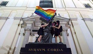 Warszawa. Tęczowe flagi LGBT na warszawskich pomnikach