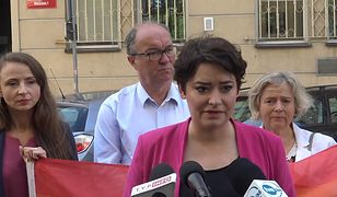 Konferencja prasowa Lewicy przed warszawskim komisariatem na ul. Wilczej