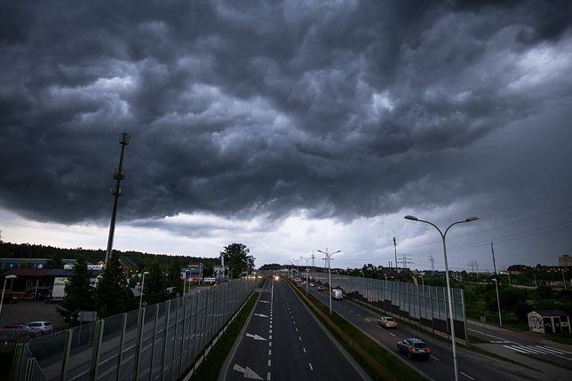Pogoda w Polsce. Burze, gradobicia, porywisty wiatr i ulewne deszcze. W Boże Ciało straż pożarna miała pełne ręce roboty