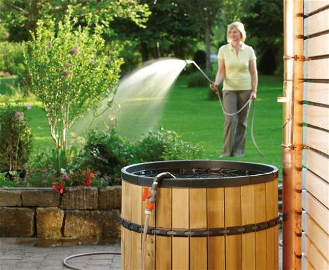 Zbiornik na deszczówkę gromadzi wodę potrzebną do podlewania trawnika lub nasadzeń w ogrodzie.