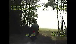 18-latek bez prawa jazdy uciekał przed policją. Zobacz, gdzie wjechał