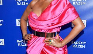 Tamara Gonzalez Perea w różowej mini na konferencji TVP. Co za stylizacja!