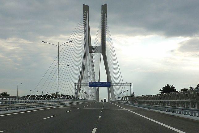 Istotną częścią autostrady A8 jest most Rędziński, który przebiega nad rzeką Odrą
