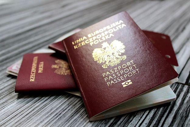Brytyjczycy ustawiają się w kolejce po polski paszport