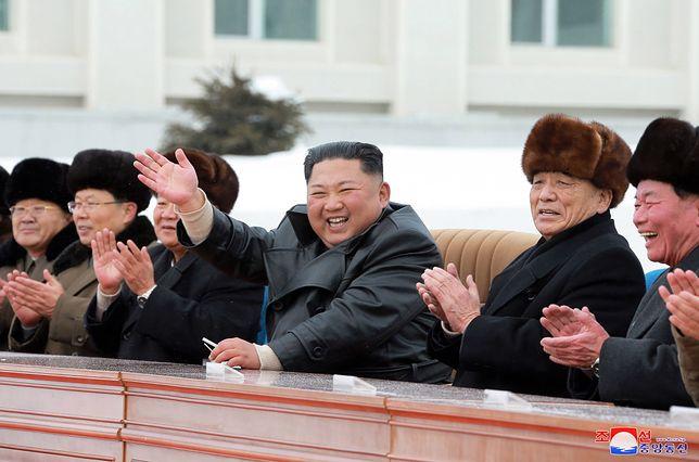 Kim Dzong Un w towarzystwie partyjnych dygnitarzy