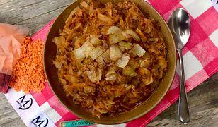 Bezmięsny bigos z czerwoną soczewicą i karmelizowaną cebulą