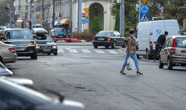 Piesi na drodze: przepisy i mandaty