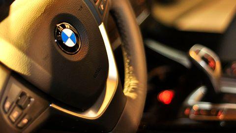 Smartwatch stworzony przez Fossil z logo BMW