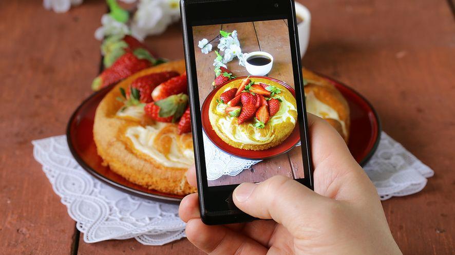 Wykonywanie zdjęcia potrawie z depositphotos