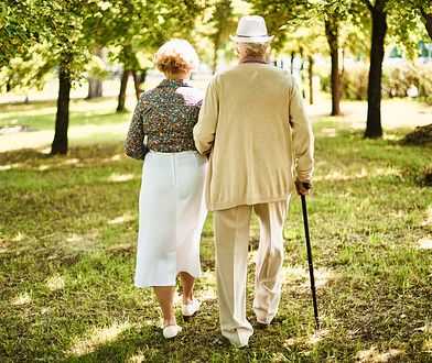 Zapatrzeni w siebie starsi ludzie.
