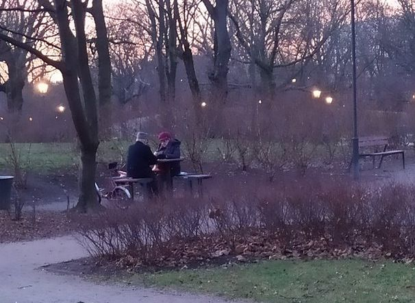 Starsze osoby, które spędzają czas bez smartfonów, zachwyciły internautów