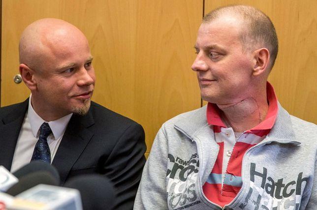 Od lewej prof. Adam Maciejewski i jego 37-letni pacjent podczas konferencji prasowej w Gliwicach. 4.05.2015 r.