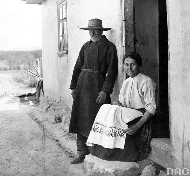 Mieszkańcy Wołynia przed swoim domem, rok 1934