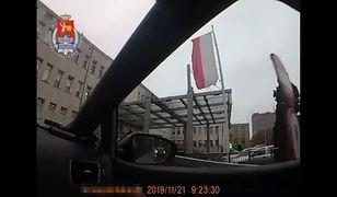 Warszawa. Policjanci eskortowali rodzącą kobietę do szpitala