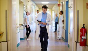 Dr Paweł Kabata podjął wyzwanie #hot16challenge2. Rapuje o sytuacji w ochronie zdrowia