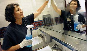 Sprzątaczki w męskiej toalecie w korporacji. Mężczyzn to krępuje, one się z tego śmieją