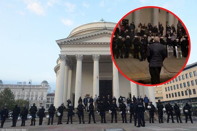 Grupa osób ochraniających wejść do kościoła