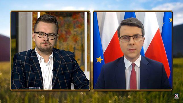 Karol Plewa w trakcie rozmowy z Piotrem Müllerem w Telewizji Republika.