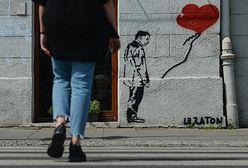 Jarosław Kaczyński z balonikiem zniknął z krakowskiej kamienicy. Mural zamalowany