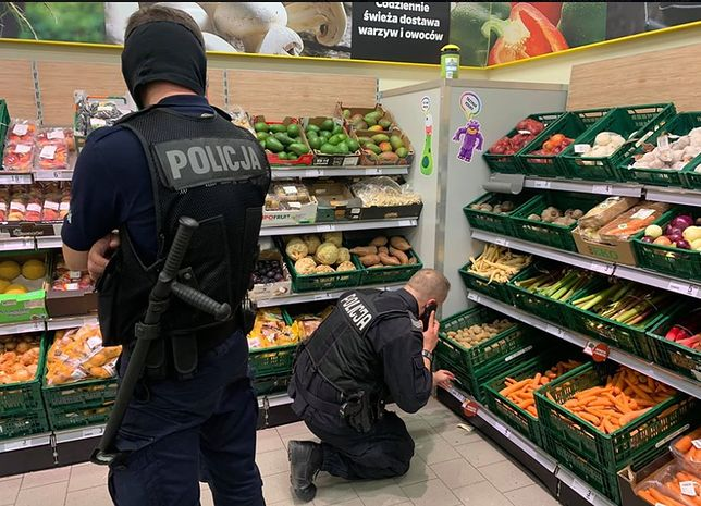 Policjanci zostali wezwani w związku z nieprawidłowym oznakowaniem ziemniaków w sklepie w Łodzi